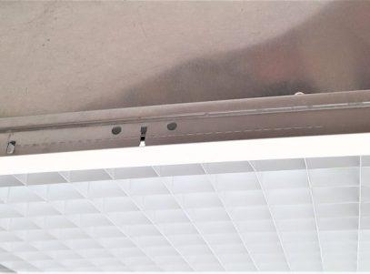 Quatre pieds sur deux côtés de l'appareil permettent de le poser sur la partie verticale de la structure métallique d'un plafond suspendu. ATTENTION l'appareil RVH d'environ 15 kg, doit être fixé à la structure du bâtiment avec des chainettes par exemple. Des vis anneaux sont fournies à cet effet.